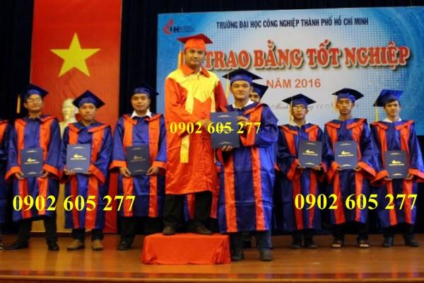 Lễ phục tiến sĩ trao bằng tốt nghiệp cho sinh viên